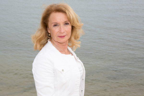 Thérèse devant la mer tout de blanc vêtue avant son cancer